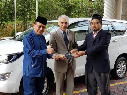 IIUM President Handed Over Multipurpose Vehicle to ISTAC