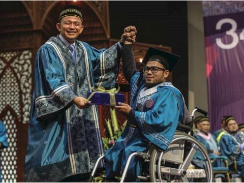 Tiga pelajar OKU menerima anugerah khas