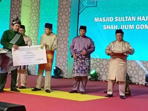 Kontinjen perarakan Maulidur Rasul UIAM memenangi tempat ke-3 sepanduk terbaik