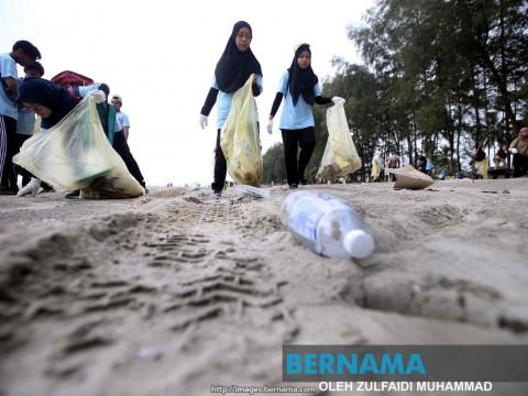 Botol plastik sampah terbanyak di Pantai Pelindung
