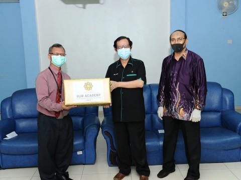 IIUM DONATES ESSENTIAL NEEDS TO HOSPITAL ORANG ASLI GOMBAK COMMUNITY
