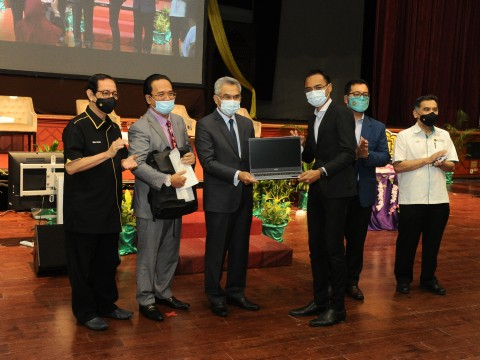 15 IIUM students from B40 group receive laptops to help in their studies