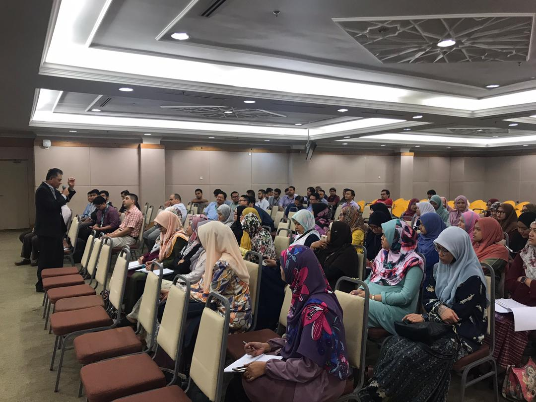 SESSION BETWEEN DEPUTY RECTOR (ACADEMIC AND INDUSTRIAL LINKAGES) AND LECTURERS (BELOW 5 YEARS OF SERVICE) AT KULLIYYAHS OF IIUM KUANTAN