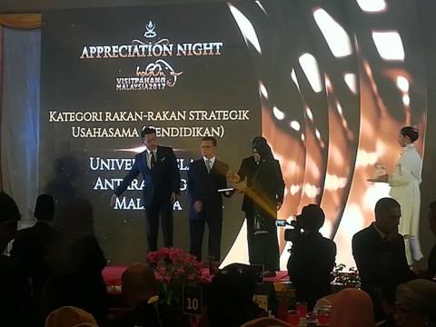 Kulliyyah of Dentistry received award as 'rakan kongsi strategik'
