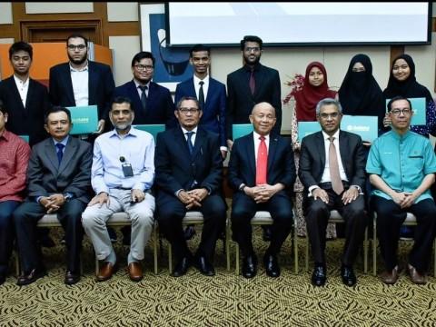 Twenty IIUM Students receive Azman Hashim – IIUM Ummatic Scholarship