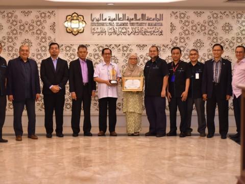 UIAM terima Anugerah Cemerlang Industri Pendidikan Al-Khwarizmi